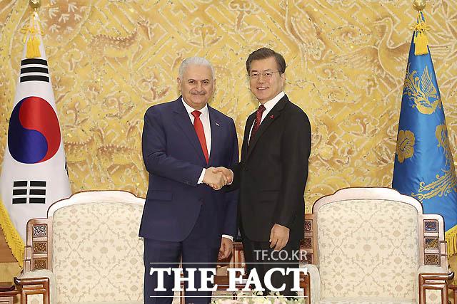 문재인 대통령이 6일 오전 청와대 본관 접견실에서 비날리 일드름 터키 총리를 접견하고 있다./청와대 제공