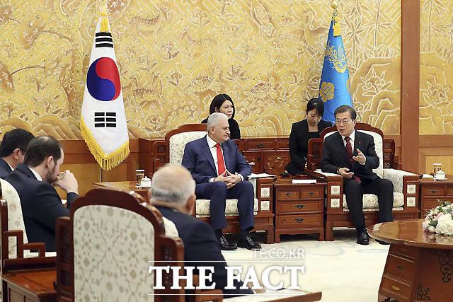 문재인 대통령이 6일 오전 청와대 본관 접견실에서 비날리 일드름 터키 총리를 접견하고 있다. /청와대 제공