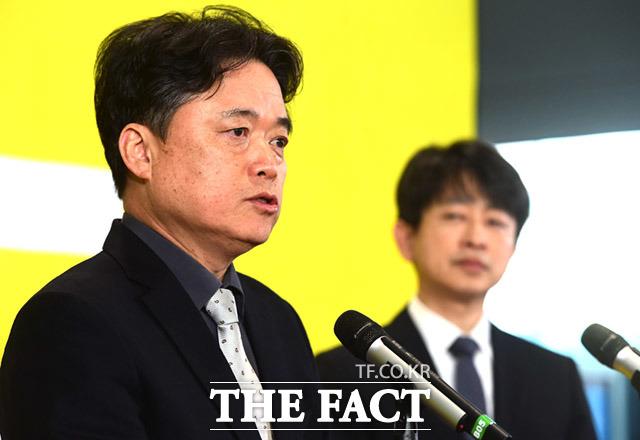 최승호(왼쪽) 신임 MBC 사장은 8일 CBS 김현정의 뉴스쇼와 인터뷰에서 인적쇄신을 강조했다. /임세준 기자