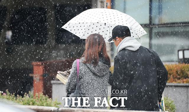 기상청에 따르면 오늘(10일)은 전국에 비나 눈이 내리는 날씨가 되겠다. 밤부터는 기온이 큰 폭으로 떨어지고 찬바람이 불며 강추위가 찾아오겠다.