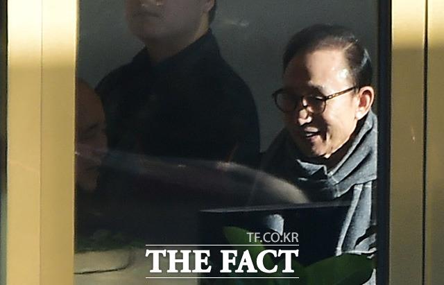 이명박 전 대통령(오른쪽)이 8일 오후 서울 삼성동의 한 호텔 로비에서 정종환 전 국토해양부장관과 즐겁게 대화를 하고 있다. /배정한 기자