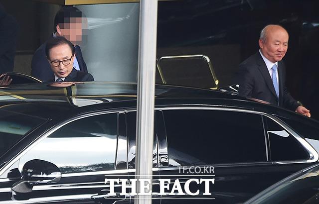 식사 후 함께 차량에 탑승하는 이 전 대통령과 류우익 실장.