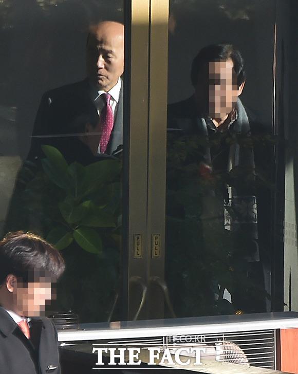 이만의 전 장관이 호텔을 걸어 나오고 있다.
