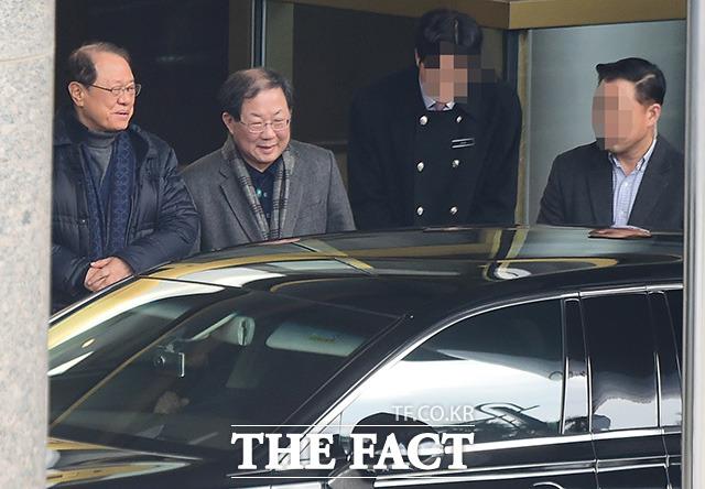 정정길 전 실장(왼쪽)과 박병원 경총회장이 이 전 대통령을 배웅하고 있다.