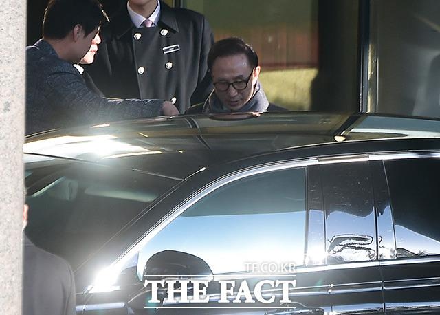 식사를 마친 이 전 대통령이 차량에 탑승하고 있다.