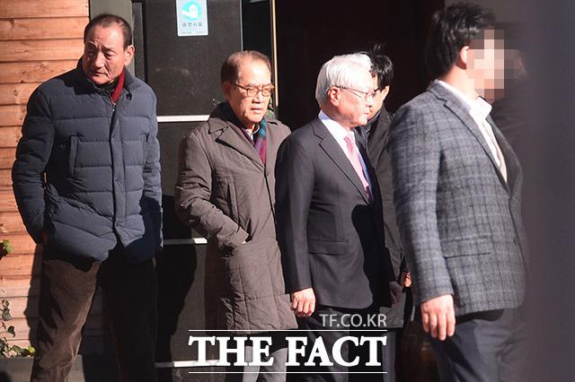 김효재 전 수석, 하금열 전 실장, 정동기 전 수석(왼쪽부터)이 지난달 24일 삼성동 사무실 인근 한식당에서 식사를 마친뒤 다소 무거운 표정으로 이 전 대통령을 배웅하고 있다. /남윤호 기자