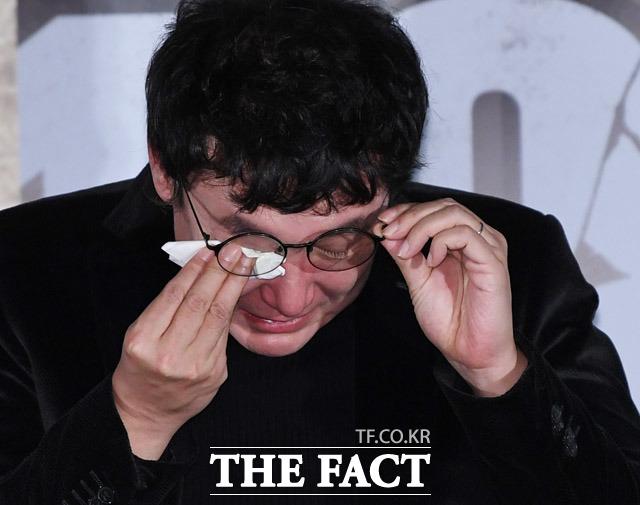 영화 1987 언론시사회가 13일 오후 서울 용산구 CGV 용산점에서 열린 가운데 장준환 감독이 취재진의 질문에 답변중 눈물을 흘리고 있다. / 배정한 기자