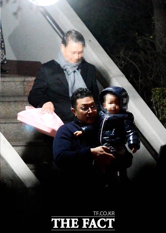 이 전 대통령의 아들 이시형 씨가 자녀를 안고 계단을 내려오고 있다.