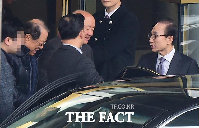 이명박 전 대통령(오른쪽)이 지난달 28일 오후 서울 삼성동의 한 호텔에서 전 청와대 참모진들과 점심식사를 마친 뒤 차량에 오르며 인사를 나누고 있다. 검찰의 수사망이 좁혀지고 있지만 참석자들의 표정은 비교적 밝아 눈길을 끈다. /삼성동=배정한 기자