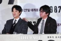 [TF포토] '악역이지만 괜찮아!'…후배 다독여주는 김윤석
