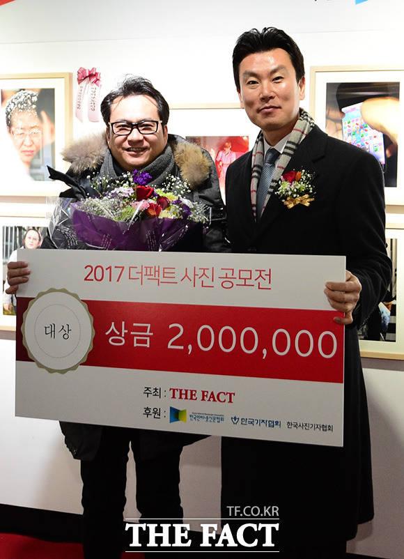 대상을 수상한 라성민 씨(왼쪽)와 더팩트 김상규 대표이사가 기념사진 촬영을 하고 있다.