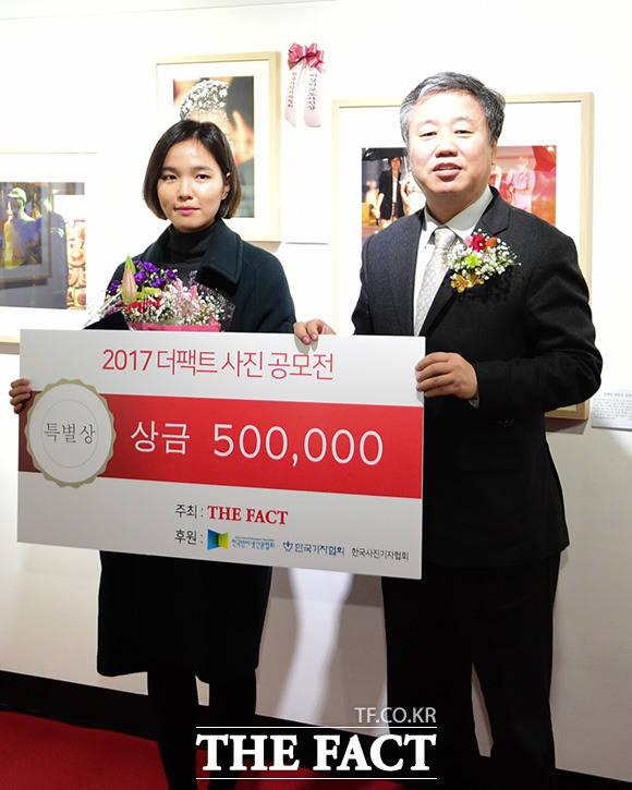 한국기자협회 특별상을 수상한 정수희 씨(왼쪽)와 정규성 한국기자협회장이 기념사진 촬영을 하고 있다.