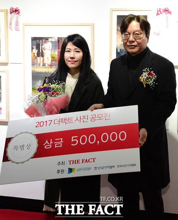 한국인터넷신문협회 특별상을 수상한 김주영 씨(왼쪽)와 이근영 한국인터넷신문협회장이 기념사진 촬영를 하고 있다.