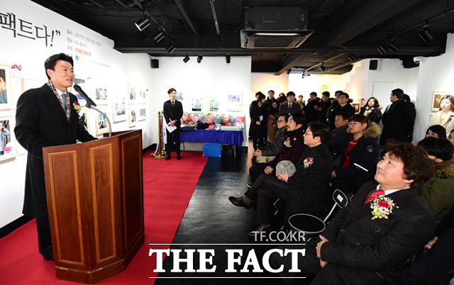 더팩트 김상규 대표이사(왼쪽)가 19일 오후 서울 종로구 팔판동 이노갤러리에서 열린  2017 더팩트 사진 공모전 사진이 더팩트다! 전시회에 참석해 인사말을 하고 있다. /임세준 기자