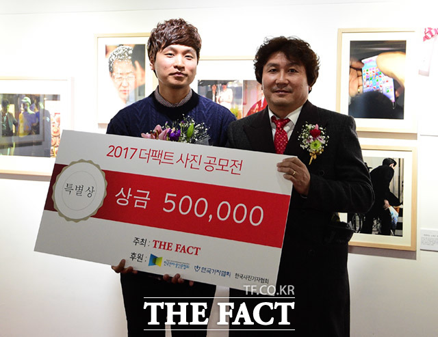 한국사진기자협회 특별상을 수상한 이성민 씨(왼쪽)와 이동희 한국사진기자협회장이 기념사진 촬영을 하고 있다.