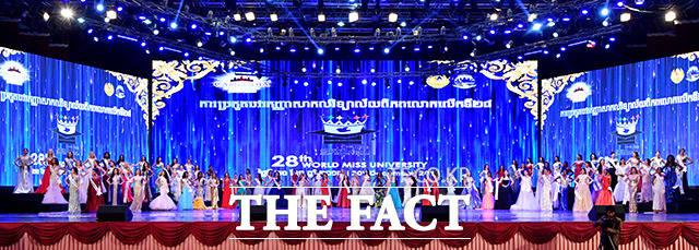 포즈 취하는 세계 각국 대표 참가자