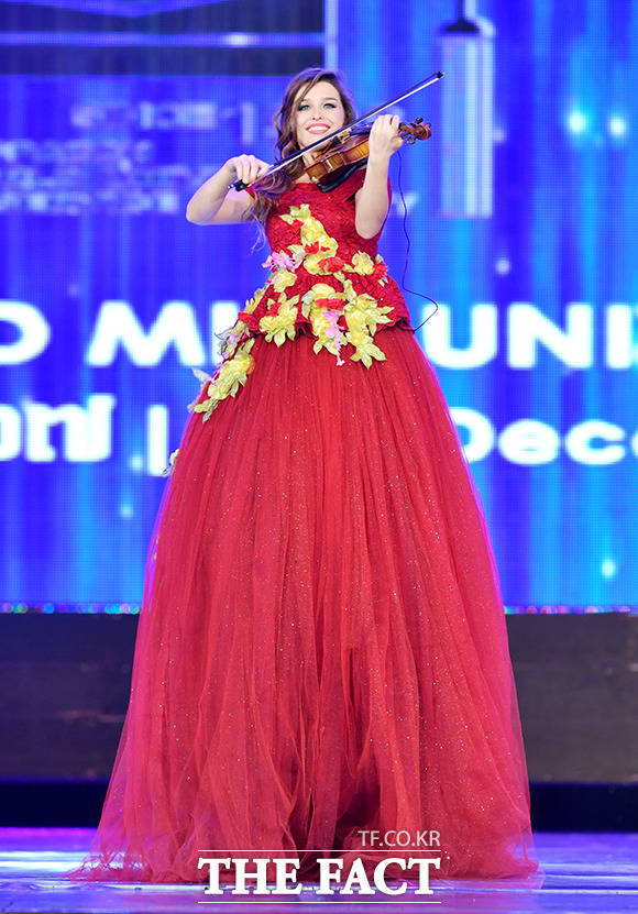 제28회 월드미스유니버시티 2017 세계대회(World Miss University)가 20일(현지시간) 캄보디아 프놈펜에 있는 코픽 시어터홀에서 열린 가운데 한 참가자가 특수 의상을 입고 연주를 하고 있다. /이덕인 기자
