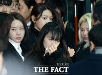 [TF포토] 고 샤이니 종현 발인 '오열하는 소녀시대'