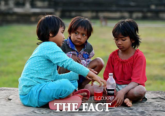 그곳에서 누군가 준 음료를 나눠 마시는 순수한 아이들