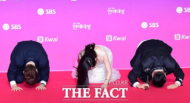 방송인 전현무와 추자현, 이상민(왼쪽부터)이 30일 오후 서울 마포구 상암동 SBS프리즘타워에서 열린 2017 SBS 연예대상에 참석해 큰절을 하고 있다./남용희 기자