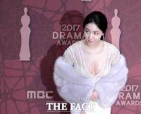 [TF포토] 류효영 '파격 노출 드레스'