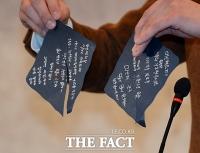 [TF포토] '고 장자연 편지' 맞다…취재진에 공개하는 왕진진