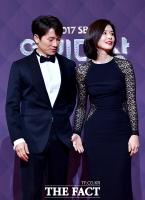 [TF사진관] '손 내민' 이보영, '뒤늦게 눈치 보는 지성'
