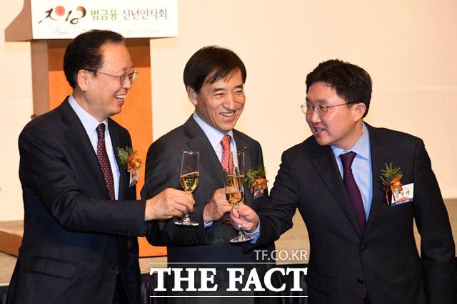 최흥식 금융감독위원장, 이주열 한국은행 총재, 김용태 의원(왼쪽부터)이 축배를 들고 있다.