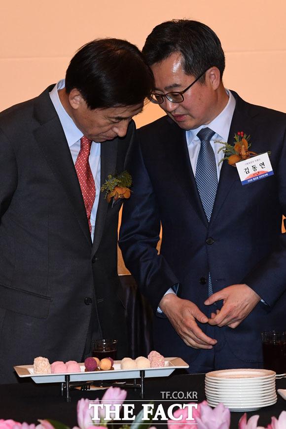 귀엣말 나누는 이주열 한국은행 총재와 김동연 경제부총리