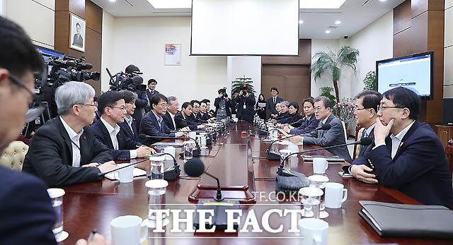 8일 오후 청와대 여민관에서 문재인대통령이 수석.보좌관회의를 주재하고 있다./청와대 제공