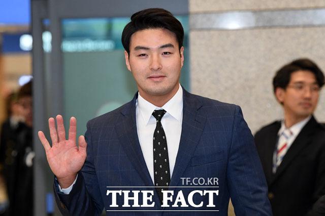 넥센행을 결정지은 홈런왕 박병호가 9일 오후 인천국제공항으로 귀국하고 있다./남윤호 기자