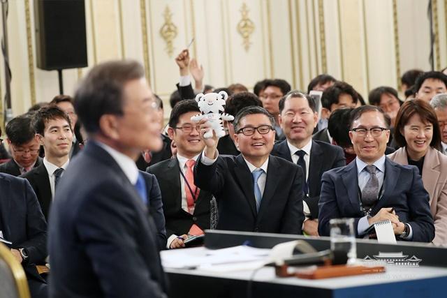 문재인 대통령의 지명을 받기 위해 한 기자가 평창동계올림픽 마스코트 인형을 들고 있다./청와대 페이스북