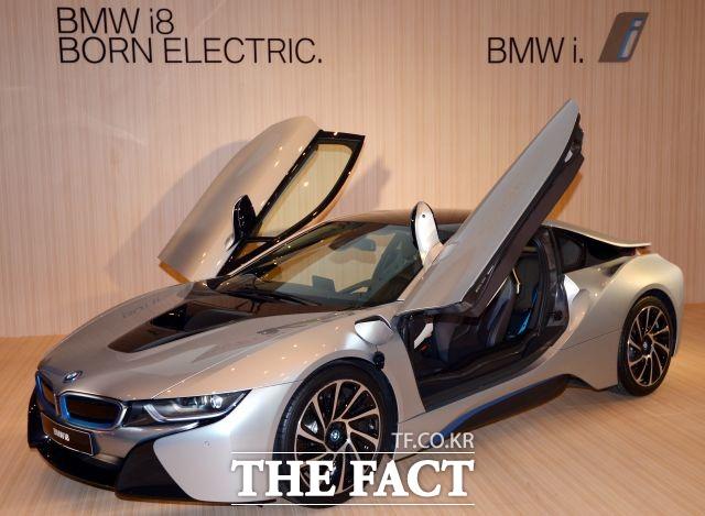BMW의 플러그인 하이브리드 스포츠카 i8이 최대 8200만 원 할인된 가격으로 판매되고 있다. /더팩트 DB
