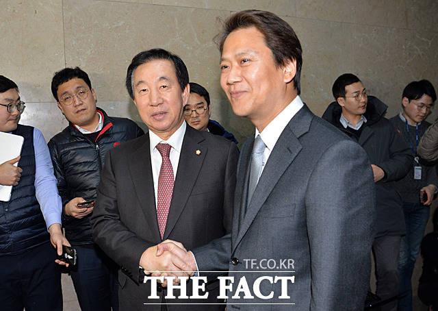 임종석 대통령 비서실장(오른쪽)과 김성태 국회 운영위원장이 12일 오후 서울 여의도 국회에서 만나 인사하고 있다. /문병희 기자