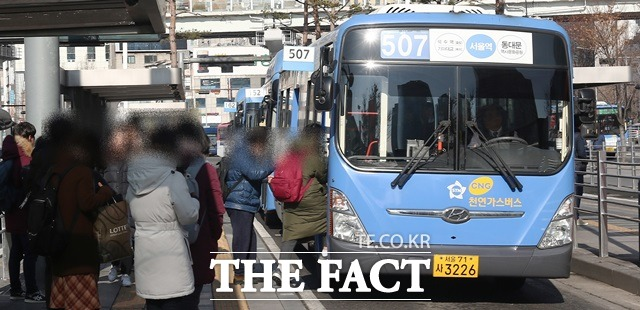 서울시는 지난해 11월14일부터 시내버스에서 음료 반입을 자제해달라는 안내방송을 실시하고 있다. /더팩트DB