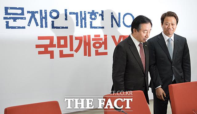 잠긴 문 때문에 체면 구긴 김성태 위원장...