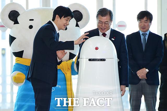문재인 대통령이 12일 오후 인천국제공항 제2터미널 개장식에 참석해 무인 안내 로봇의 안내를 받으며 행사장으로 입장하고 있다. /인천국제공항=남용희 기자