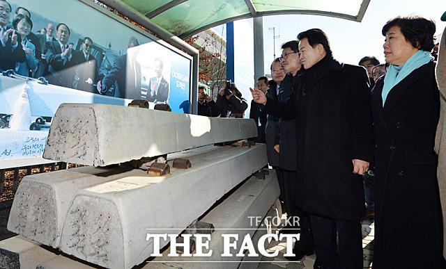 정동영 의원이 침목을 보며 김대중 전 대통령과 미국 부시 전 대통령 방문을 설명하고 있다.