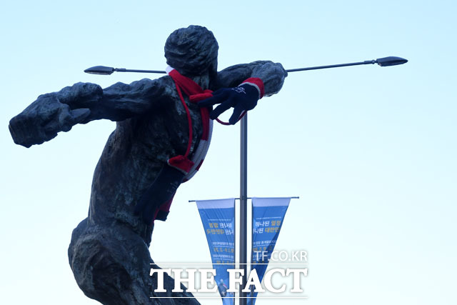 12일 오후 서울 송파구 올림픽공원 앞 올림픽로에 설치된 88올림픽 기념 조형물에 평창올림픽 공식 상품이 입혀져 있다./남윤호 기자