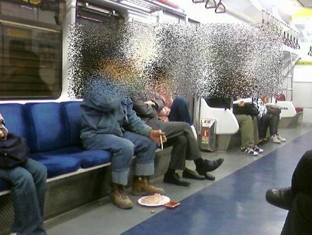 한 남성이 지하철 열차 좌석에 앉아 회와 함께 소주를 마시고 있다. /온라인 커뮤니티