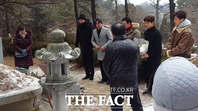 박 이사는 박 열사의 31주기 전날인 13일 영화 1987 감독과 배우들이 묘소를 찾아온 것에 감사하다고 말했다. 사진은 배우 강동원, 김윤석, 장준환 감독, 여진구, 이희준(왼쪽부터) 씨 등이 박 열사 묘소에 헌화를 하는 모습.