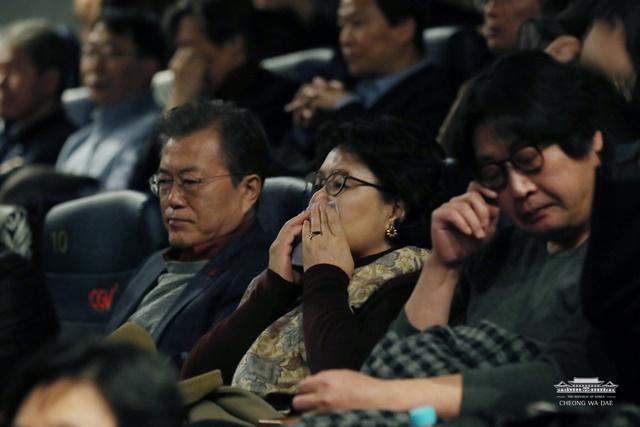 눈물을 흘리며 영화 1987을 관람하는 문재인 대통령과 부인 김정숙 여사./청와대