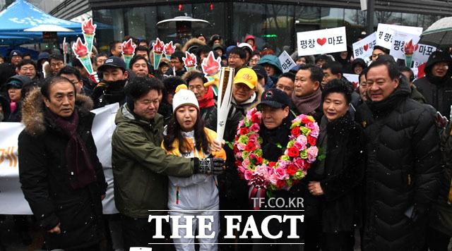 서울지역 첫 번째 2018 평창 동계올림픽 성화봉송주자로 나선 박희진 씨