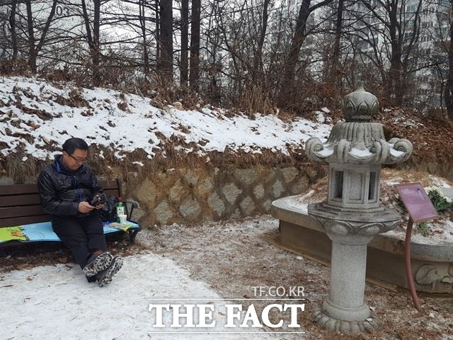 박 이사는 휴대전화에 저장된 박 열사의 사진을 보며 웃으면서도 눈가에 눈물이 고였다. 박 이사가 동생 사진을 보고 있다.