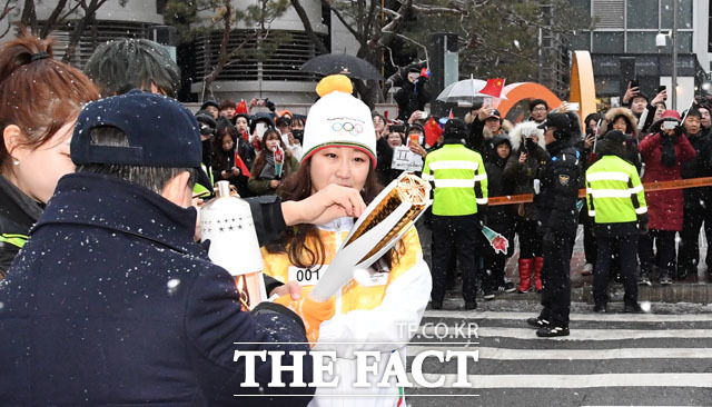 서울에서 불 밝히는 올림픽 성화