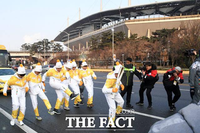 월드컵경기장 지나 성화 봉송하는 차범근 감독