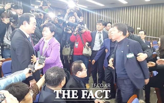 국민의당이 13일 통합 반대파의 극렬한 반대에도 불구, 바른정당과의 합당 절차의 최종 관문인 2·4 전당대회 준비에 착수했다. 반대파는 이같은 통합파의 속전속결 준비를 유신독재라면서 거듭 비판했다. 사진은 장병완·유성엽 의원과 찬성파 당무위원이 지난 12일 국회에서 열린 국민의당 당무위에서 설전을 벌이는 모습./더팩트 DB