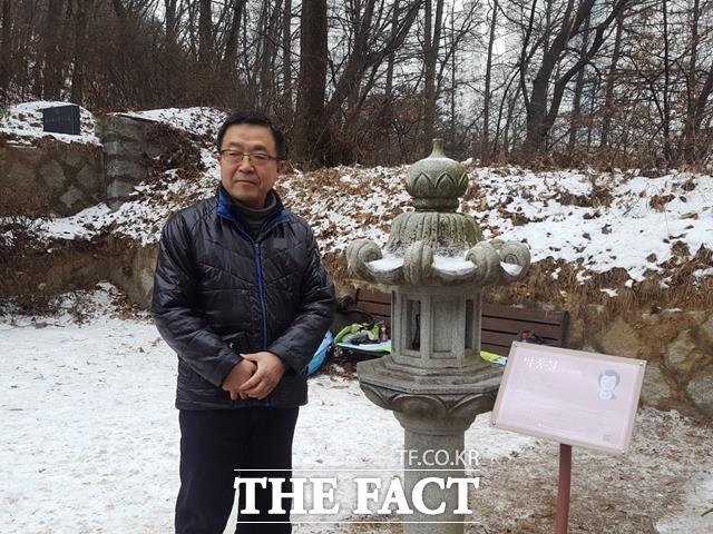 박 이사가 동생 종철의 묘소 옆에서 과거 함께했었던 시간을 떠올리고 있다.