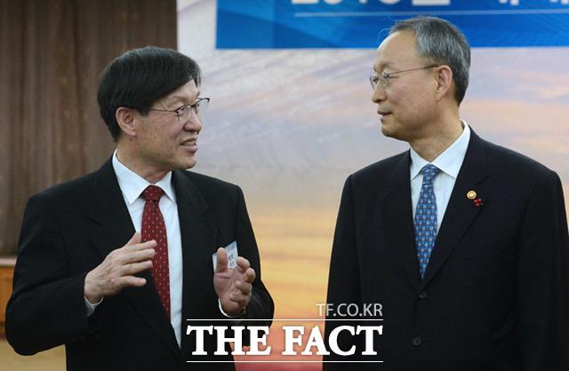 권오준 한국철강협회 회장(포스코 회장·왼쪽)과  백운규 산업통상자원부 장관이 이야기를 나누고 있다.