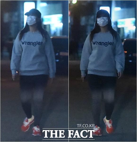 지난해 10월 26일 정유라 씨가 서울 강남구 신사동 미승빌딩 앞 거리를 홀로 걷고 있다. /이새롬 기자